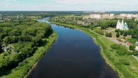 Dvina河在波罗兹克白俄罗斯,有圣徒索非亚大教堂的欧洲  股票录像