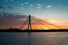 Dvina occidentale Riga de rivière de pont de coucher du soleil Photo libre de droits