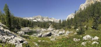 Dvojno Jezero i dalen av sju Triglav lakes Arkivbild