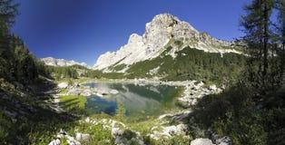Dvojno Jezero i dalen av sju Triglav lakes Arkivbilder