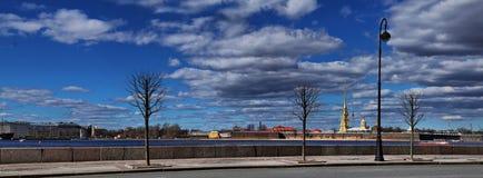Dvortsovaya堤防全景在圣彼德堡 免版税库存图片