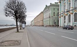 Dvortsovaya堤防看法在冷淡的11月早晨 库存照片
