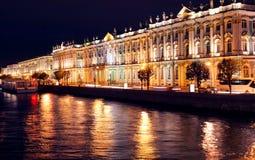 Dvortsovaya invallning på natten. St Petersburg Royaltyfri Foto