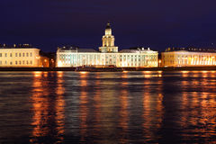 Dvortsovaya invallning på natten. St Petersburg Arkivfoto