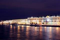Dvortsovaya invallning på natten. St Petersburg Arkivbilder