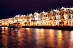 Dvortsovaya invallning på natten. St Petersburg Royaltyfri Bild