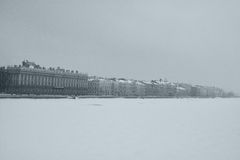 Dvortzovaya堤防和内娃河冬天看法在圣彼德堡,俄罗斯 免版税库存图片