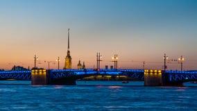 Dvortzovy-Brücke und Peter und Paul Fortress in St Petersburg Lizenzfreie Stockfotos
