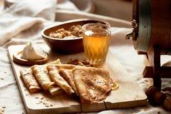 Dwójniak i bliny Rosyjski naczynie dla Shrove Wtorek Pożegnanie zima obrazy stock