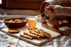 Dwójniak i bliny Rosyjski naczynie dla Shrove Wtorek Pożegnanie zima ręka w ramie Miód od łyżki zdjęcie stock