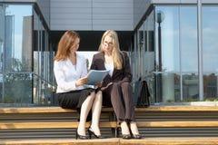 dwóch młodych bizneswoman Zdjęcie Stock