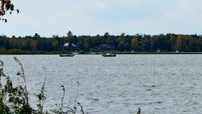 Dwa łodzi rybackiej na jeziorze w wczesnej jesieni zbiory