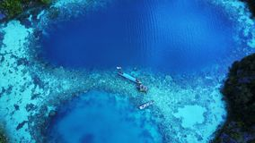 Dwa łódkowaty, czółno i kilka snorkeling ludzie na zatoce z jasny wodą od odgórnego widoku zieleni i błękita Fotografia Stock