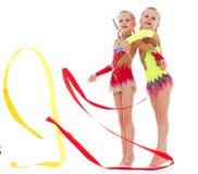 Dwa ładna mała dziewczynka robi gimnastykom Zdjęcie Royalty Free
