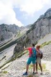 Dwa ładnego kobieta wycieczkowicza fotografuje selfie na halnym szczycie obrazy royalty free