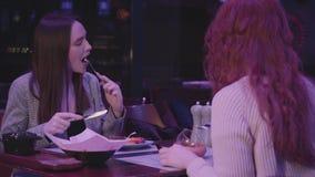 Dwa ładnej dziewczyny gościa restauracji w nowożytnej restauracji wpólnie Dziewczyny relaksują w restauracji i cieszą się wieczór zdjęcie wideo