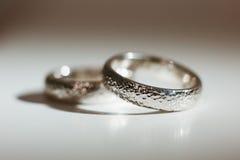 Dwa ładnej srebnej obrączki ślubnej Obrazy Royalty Free