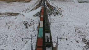 Dwa ładunku pociągu iść w kierunku each inni dostarcza towary, paliwo, petrolium w zimie zbiory wideo