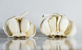 Dwa łamanej żarówki czosnek zdjęcie royalty free