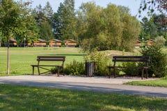 Dwa ławki przy ścieżką Fotografia Royalty Free