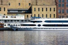 Dwa łodzi cumującej w przemysłowym terenie Zdjęcia Royalty Free