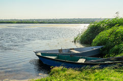Dwa łodzi na rzece obrazy stock
