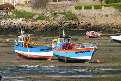 Dwa łodzi rybackiej na ziemi podczas odpływu Zdjęcie Royalty Free