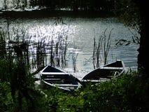 Dwa łodzi w spokojnym backwash zdjęcia stock