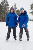 Dwa łyżwiarka brata na lodzie Zdjęcia Royalty Free