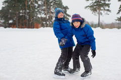 Dwa łyżwiarka brata na lodzie Fotografia Stock