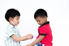 Dwa ściółki chłopiec bawić się each inny obrazy stock
