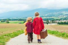 Dwa ślicznego dzieciaka outdoors Zdjęcia Royalty Free