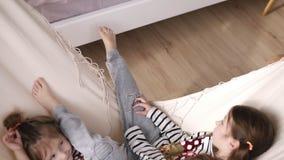 Dwa ślicznej dziewczyny huśtają się na białym hamaku Mieć spoczynkowego zwolnione tempo zdjęcie wideo