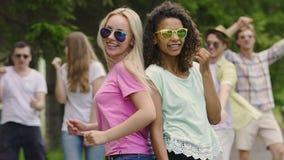 Dwa ślicznej dziewczyny pokazuje ich dancingowe umiejętności przy tanem statystują, partyjna atmosfera zbiory wideo