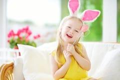 Dwa ślicznej małej siostry jest ubranym królików ucho bawić się jajecznego polowanie na wielkanocy obraz royalty free