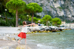 Dwa ślicznej małej siostry ma zabawę na plaży Limone sul Garda, miasteczko i comune, w prowinci Brescia, Włochy Zdjęcia Stock