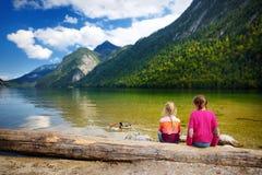 Dwa ślicznej siostry cieszy się widok głęboki - zieleń nawadnia Konigssee, zna jako Niemcy ` s głęboki i czysty jezioro, lokalizo Zdjęcia Royalty Free