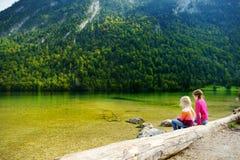 Dwa ślicznej siostry cieszy się widok głęboki - zieleń nawadnia Konigssee, zna jako Niemcy ` s głęboki i czysty jezioro, lokalizo Obrazy Royalty Free