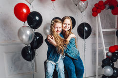 Dwa ślicznej siostry cuddling na szybko się zwiększać balon Zdjęcia Royalty Free