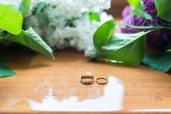 Dwa ślubnego złotego pierścionku na drewnianym tle Fotografia Royalty Free