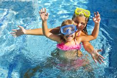 Dwa śmiesznej dziewczyny bawić się w pływackim basenie Fotografia Stock
