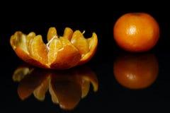 Dwa świeża mandarynka na czarnym tle zdjęcie royalty free