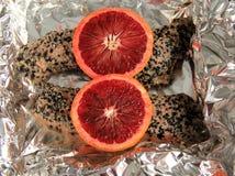 Dwa świeżego łososiowego fileta nacierającego z pikantność i nakrywającego z plasterkami krwionośne pomarańcze Zdjęcia Royalty Free