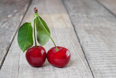 Dwa świeżej czerwonej wiśni zdjęcia stock