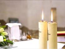 Dwa świeczki iluminują ołtarz kościół dla Świętego msza zdjęcia royalty free