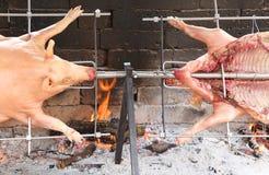 dwa świni która gotują wolno na stalowej mierzei w grabie zdjęcie royalty free