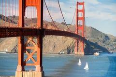Dwa żaglówek Golden Gate Bridge San Fransisco zatoka Kalifornia zdjęcia royalty free