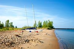 Dwa żaglówki Z żaglami Zestrzelają, Odpoczywający na plaży obrazy stock