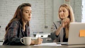 Dwa żeńskiego biznesmena brainstorming prezentacji pojęcie zbiory