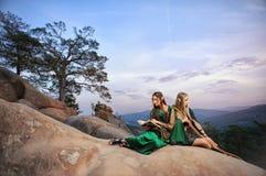 Dwa żeńskiego elfa chodzi w drewnach Zdjęcia Stock